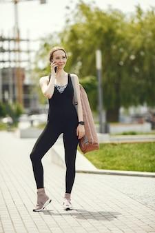Treinamento de linda garota. garota de esportes em um sportswear. mulher perto da água.