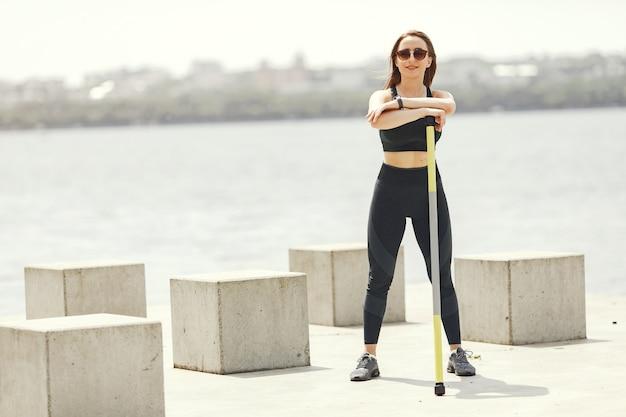 Treinamento de linda garota. garota de esportes em um sportswear.