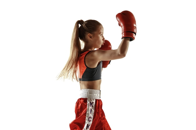 Treinamento de lutador de kickboxing feminino jovem isolado no fundo branco.