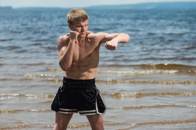 Treinamento de lutador masculino musculoso