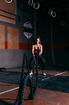 Treinamento de mulher com corda