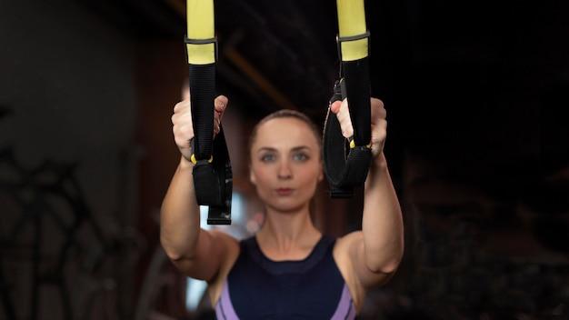 Treinamento de mulher embaçada em tiro médio