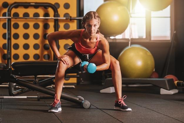 Treinamento de musculação na academia Foto Premium