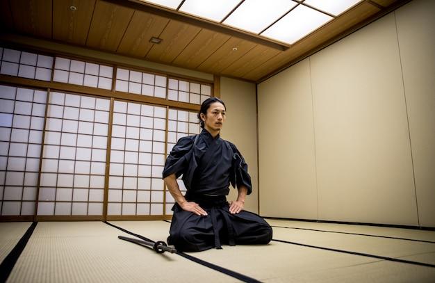 Treinamento de samurai em um dojo tradicional, em tóquio