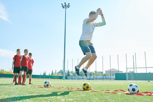 Treinamento de treinador com time de futebol