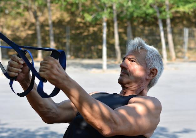 Treinamento de trx de homem mais velho