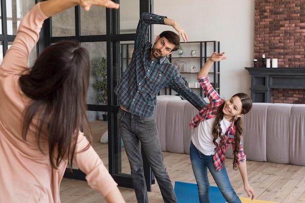 Treinamento de yoga em família