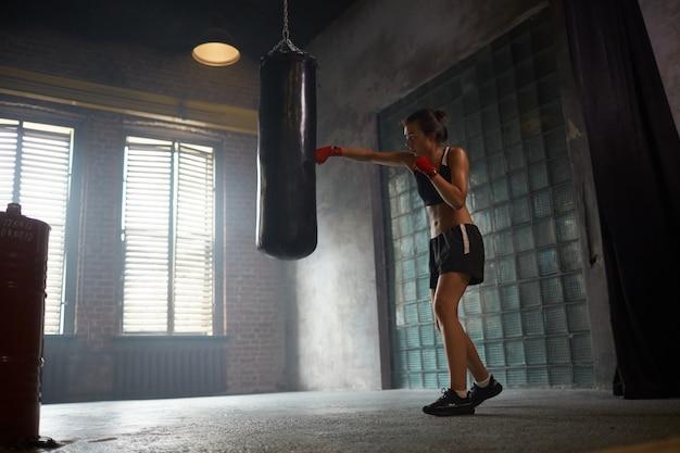 Treinamento duro do pugilista fêmea