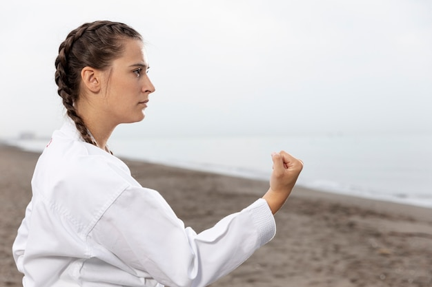 Treinamento fêmea da arte marcial ao ar livre