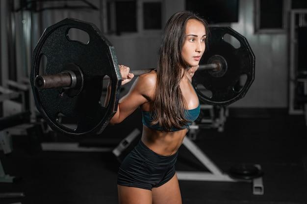 Treinamento feminino com barra, pernas de bombeamento