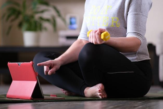 Treinamento físico online em um laptop