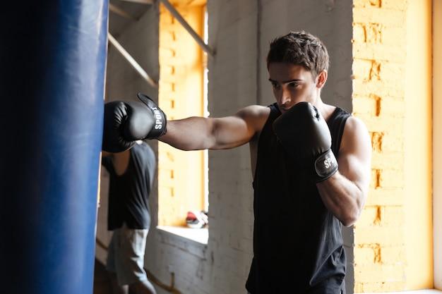 Treinamento forte do pugilista em uma academia