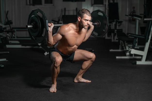 Treinamento masculino com barra, bombeando as pernas