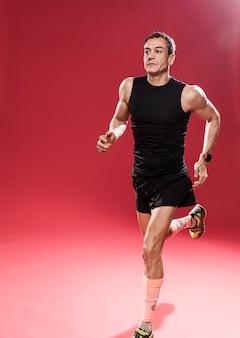Treinamento masculino de alto ângulo para trilha
