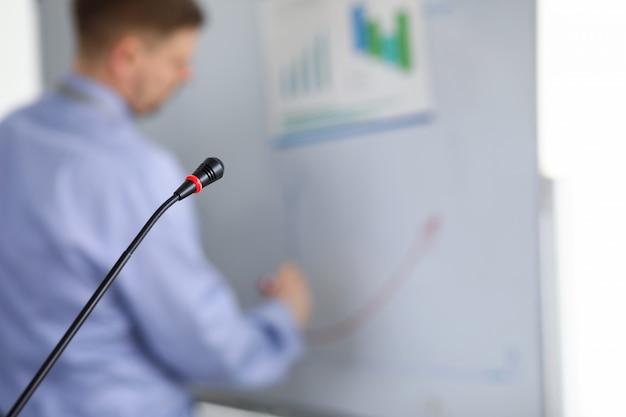 Treinamento motivacional em sala de aula com microfone.