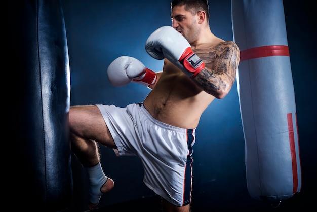 Treinamento motivacional fazendo kickboxing