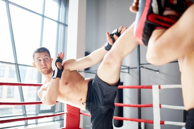 Treinamento no ringue de boxe