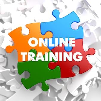 Treinamento on-line em quebra-cabeça multicolor em fundo branco.