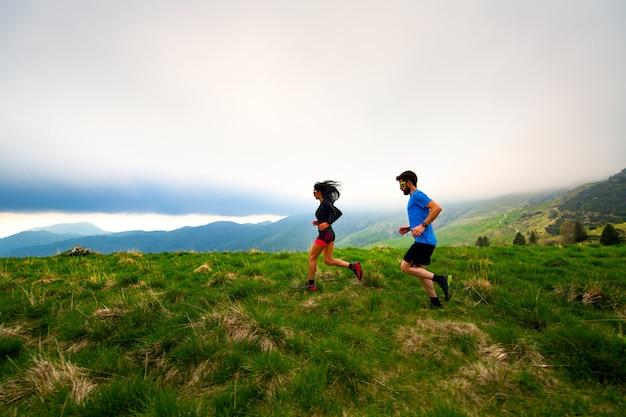 Treinamento para atletas de corrida de longa distância em trilhas nas montanhas