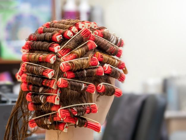 Treinamento permanente em um manequim na escola de cabeleireiro