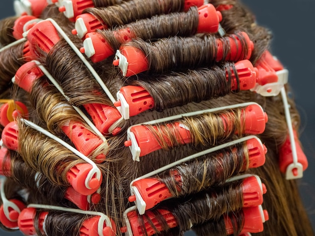 Treinamento permanente em um manequim na escola de cabeleireiro.