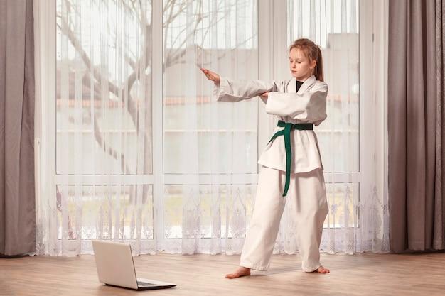 Treinamento remoto de taekwondo na frente de um computador