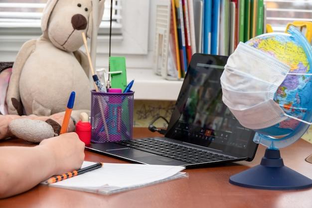 Treinamento usando um treinamento em computador com teclado móvel por meio de um sistema de e-learning on-line durante a quarentena