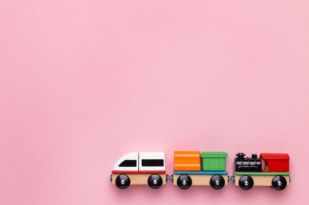 Treinar crianças brinquedo pré-escolar crianças jogo locomotiva e carruagens de construção de blocos coloridos de madeira ...