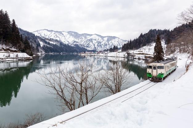 Treinar na neve da paisagem do inverno