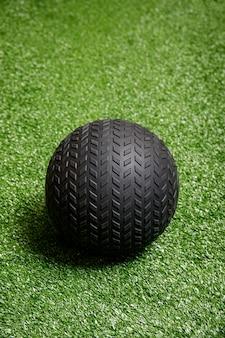 Treine a bola do exercício ou da aptidão no gym na grama.