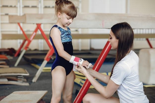 Treine com o aluno. ginastas de meninas, realiza diversos exercícios de ginástica e saltos. criança e esporte, um estilo de vida saudável.