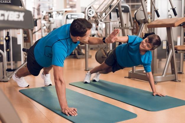 Treine com um cara fazendo um exercício no tatame.