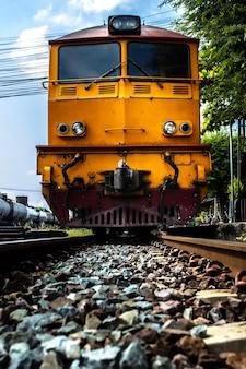 Treine em estilo vintage saindo da estação