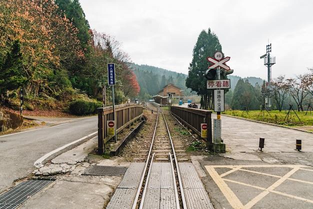 Treine o trilho com sinais railway em alishan forest railway em alishan, taiwan.