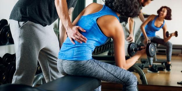 Treino casal exercício fitness esporte ginásio conceito