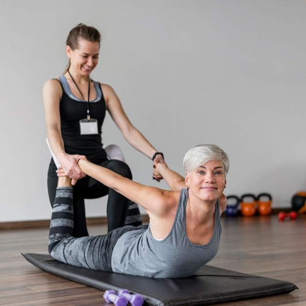 Treino com personal trainer e alongamento