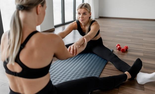Treino com personal trainer e cliente