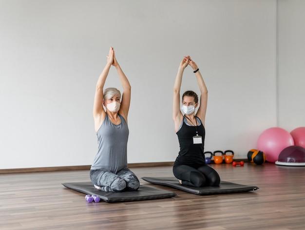 Treino com personal trainer usando máscaras de tecido