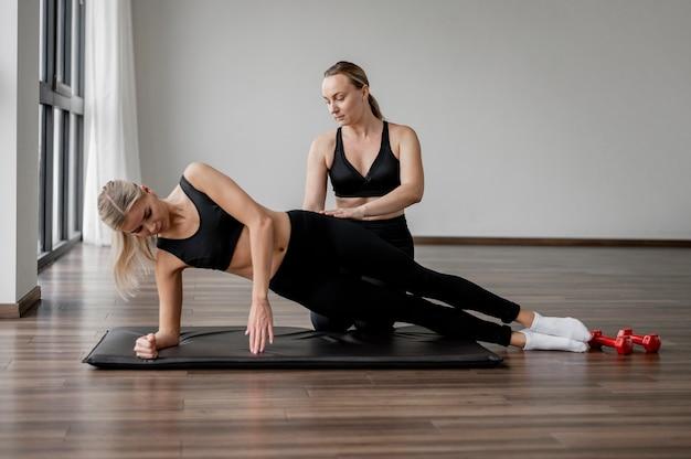Treino com programa de corpo inteiro de personal trainer