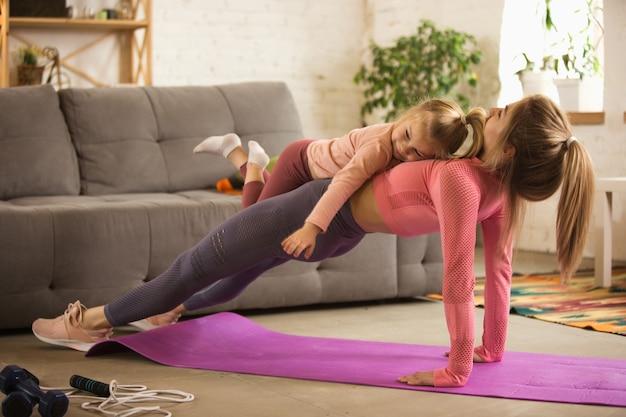 Treino com sofá. mulher jovem a fazer exercício em casa