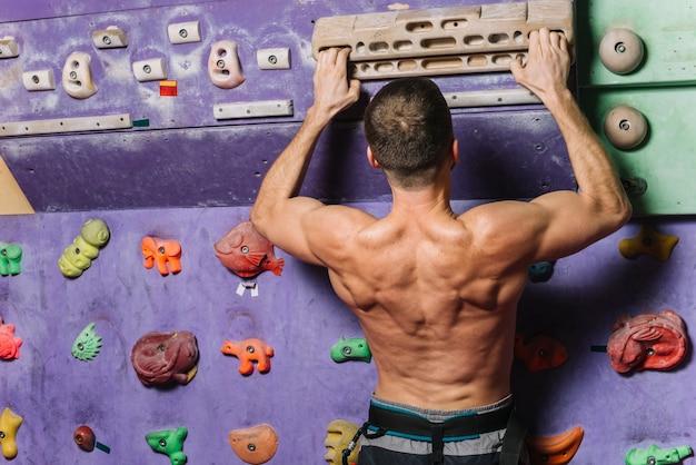 Treino de alpinista anônimo na parede