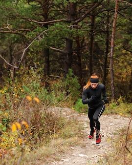 Treino de corrida ao ar livre na floresta