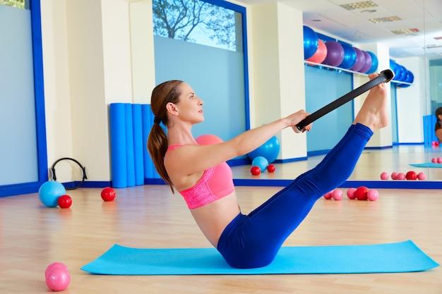 Treino de exercício de anel mágico de mulher de pilates teaser
