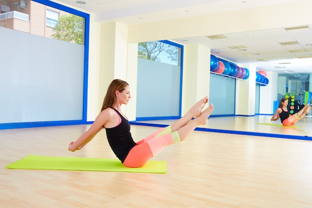 Treino de exercício de bumerangue mulher pilates no ginásio