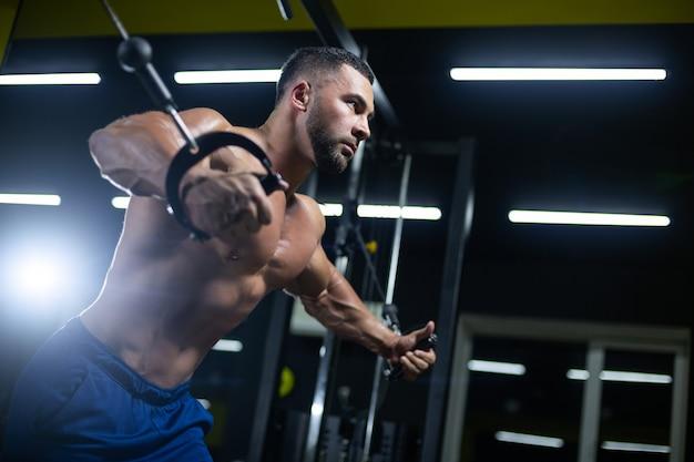 Treino de fisiculturista musculoso