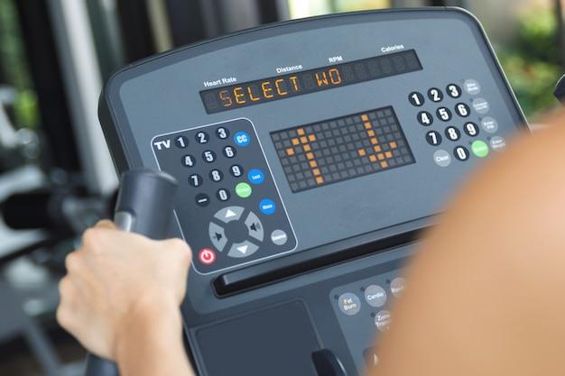 Treino de fitness em bicicleta ergométrica no ginásio