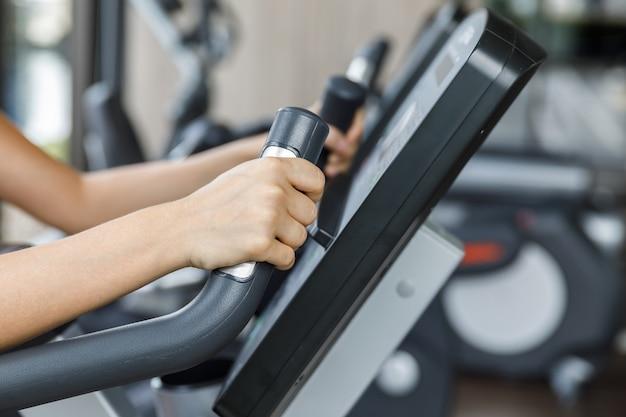 Treino de fitness em bicicleta ergométrica