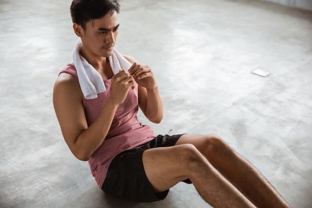Treino de homem fazendo sentar