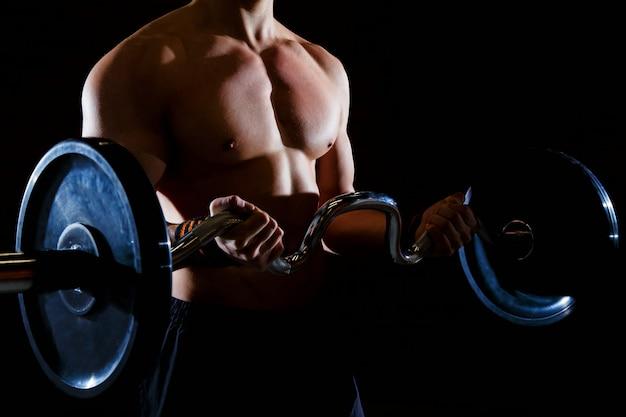 Treino de homem musculoso com barra no ginásio treino de halteres morto do elevador