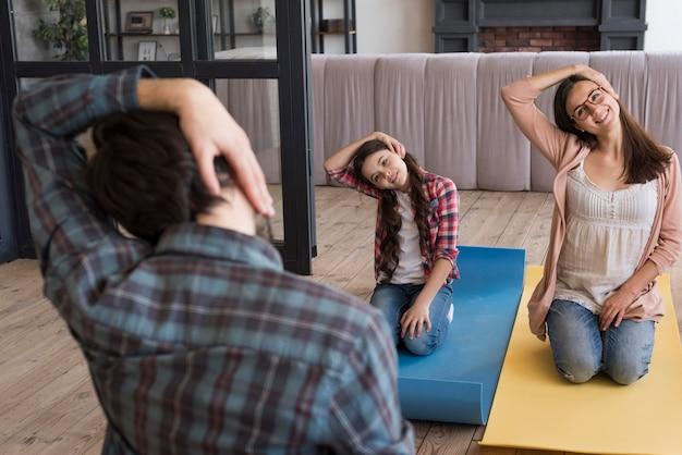 Treino de ioga em família